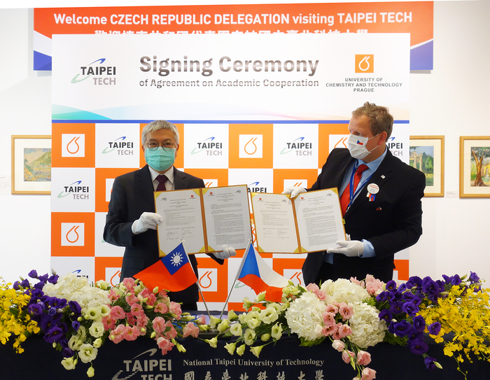 Taipei Tech President Wang and UCT President  Matějka, signed a memorandum of understanding during the meeting to strengthen partnership between the two universities