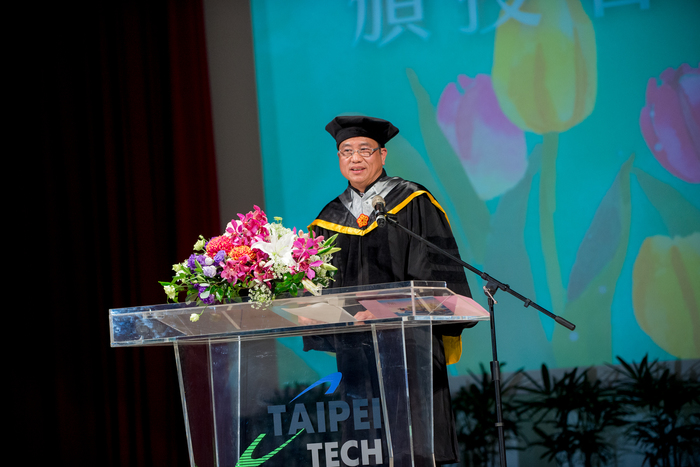 The honorary doctor, Paul SL Peng, gave a speech at Taipei Tech Commencement 2019.