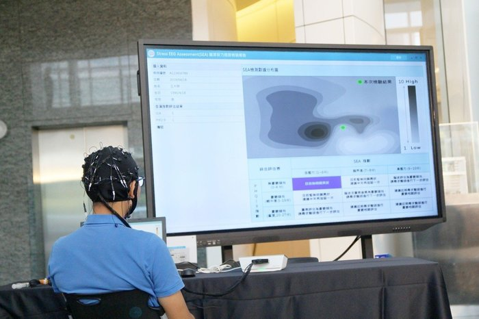 The brainwave detector designed by Taipei Tech researchers is able to examine the condition of the brain which thus can indicate the risk of the depression, dementia, or other brain malfunctions.