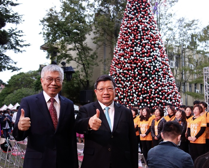 Taipei Tech and alumni company, Everlight Electronics, held a Christmas Tree lighting ceremony to convey message of peace and pray for good fortune for the coming new year
