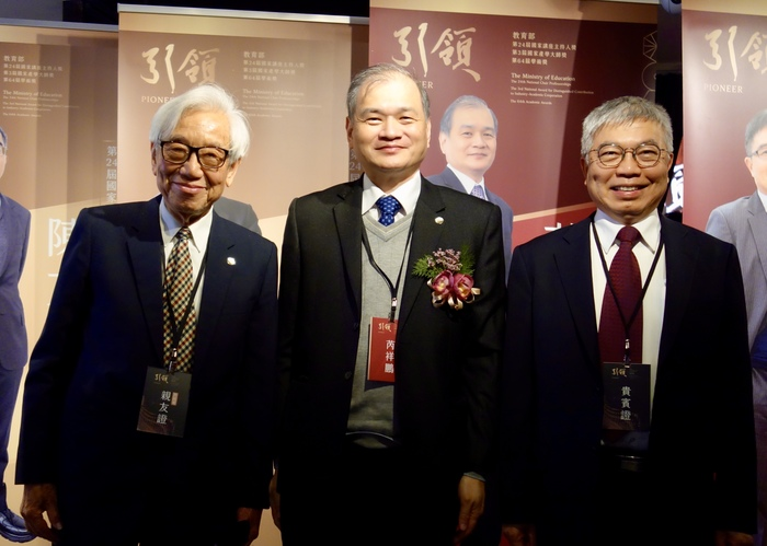 Taipei Tech Distinguished Professor, Rwei Syang-Peng, is awarded the 2021 National Award for Distinguished Contribution to Industry-Academic Cooperation